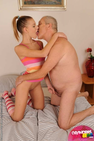 pictures of grade lesbian girls kissing