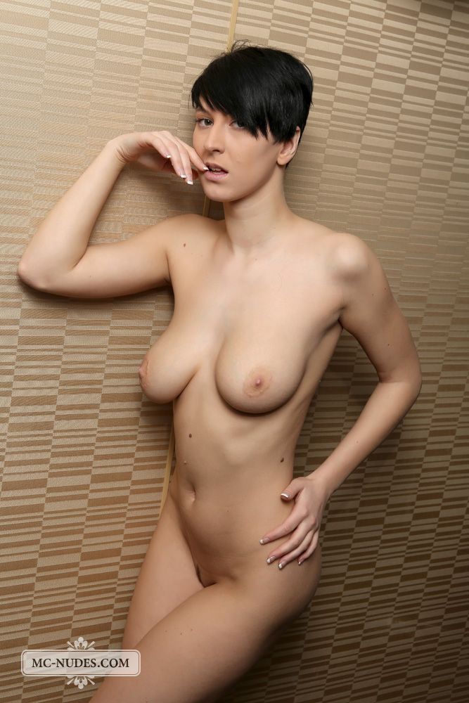 beautiful short hair babe nude